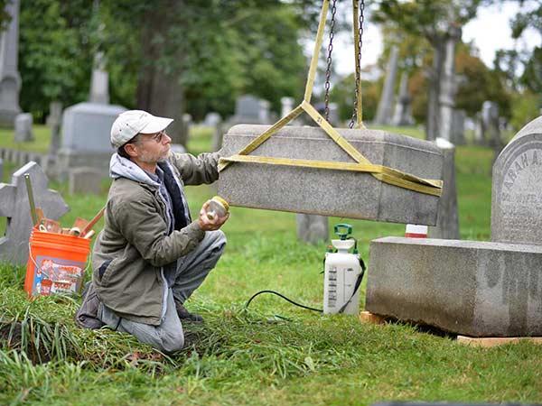 Pulizia-accessori-cimiteriali-Carpineti
